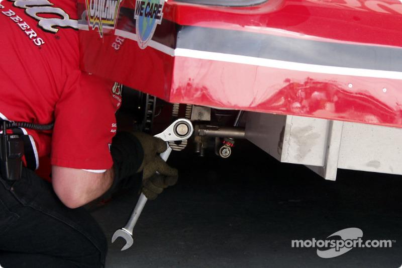 El auto The Bud hace un ajuste a la barra de pista