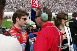 Jeff Gordon realiza una entrevista previa a la carrera