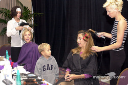 Luke de Ferran regarde Katucia Castroneves et sa mère Angela