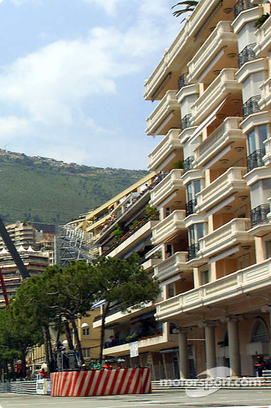 Monte-Carlo: apartment buildings on the track