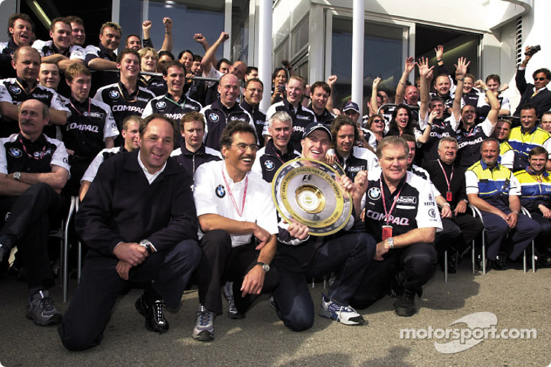 Gerhard Berger, Mario Theissen, Ralf Schumacher, Patrick Head and the BMW-Williams team celebrating