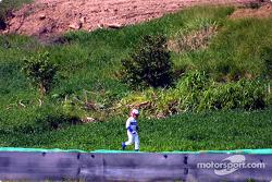 Juan Pablo Montoya corriendo de regreso a los pits