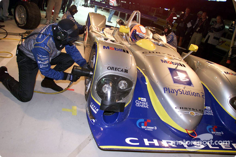 Tire change for the Team Playstation Chrysler LMP before Pedro Lamy joins the fray