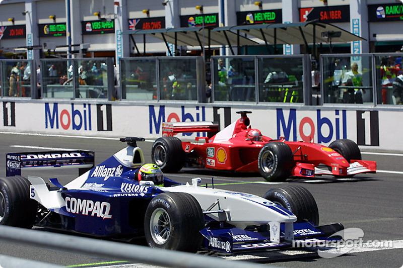En la parrilla de salida: Michael Schumacher viendo a su hermano Ralf
