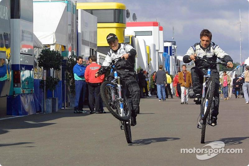 Fernando Alonso y su primer compañero, Tarso Marques, probando la nueva bicicleta Minardi