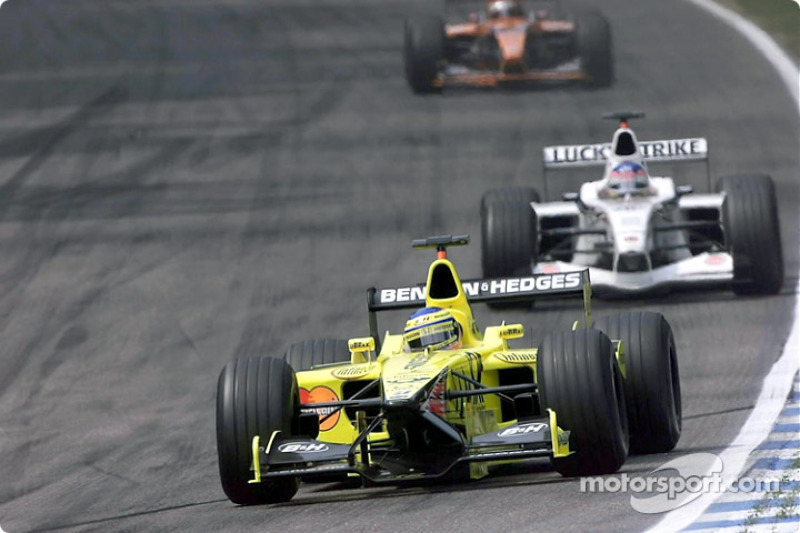 Jarno Trulli in front of Jacques Villeneuve