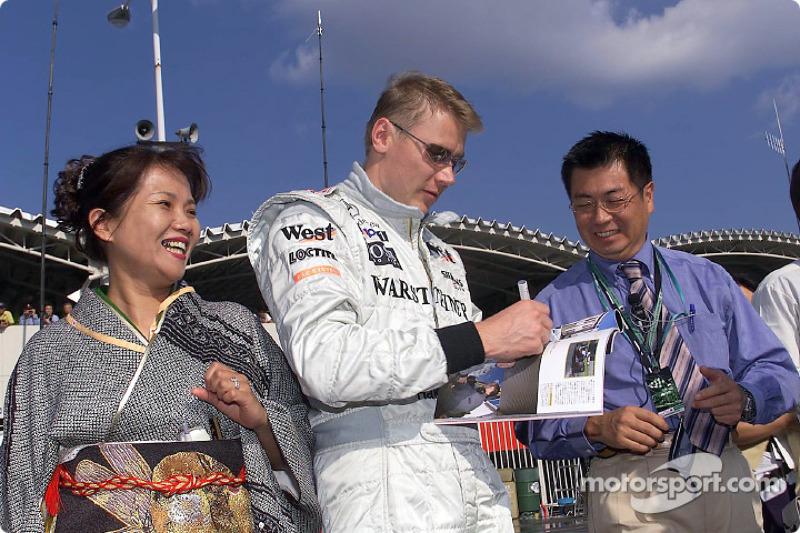 Mika Hakkinen signing autographs