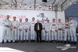 Prof. Jurgen Hubbert con los pilotos del Mercedes-Benz DTM Uwe Alzen, Marcel Tiemann, Darren Turner, David Saelens, Patrick Huisman, Thomas Jager, Christijan Albers, Bernd Schneider, Marcel Fassler, Peter Dumbreck, Bernd Maylander
