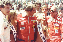 Les Hawaiian Tropic girls avec Rolf Stommelen, Dick Barbour et Paul Newman