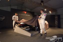 David Coulthard y Kimi Raikkonen presentando el nuevo McLaren Mercedes MP4-17