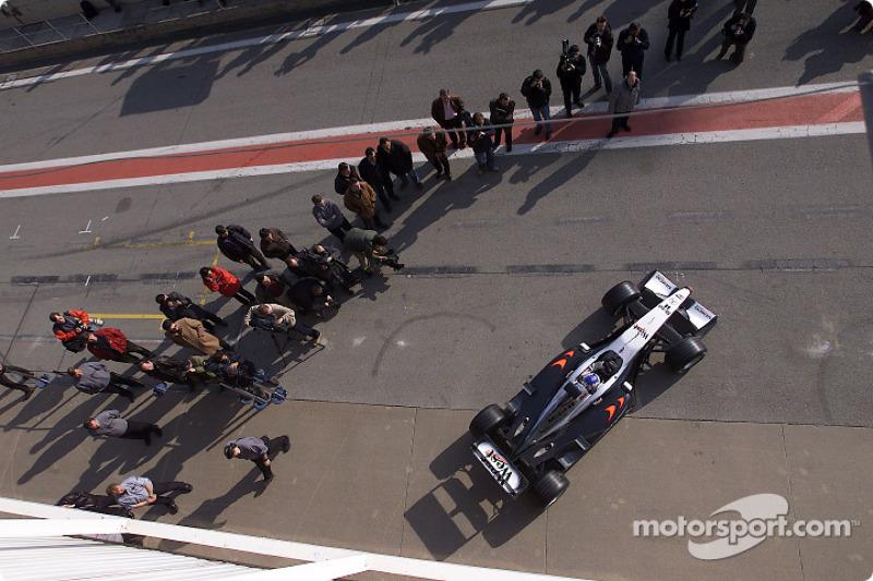Alexander Wurz test la nouvelle West McLaren Mercedes MP4-17 pour la première fois