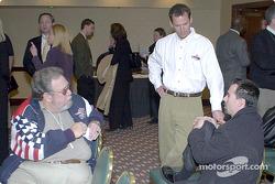 Le journaliste Rich Romer interview Butch Leitzinger et Bryan Herta