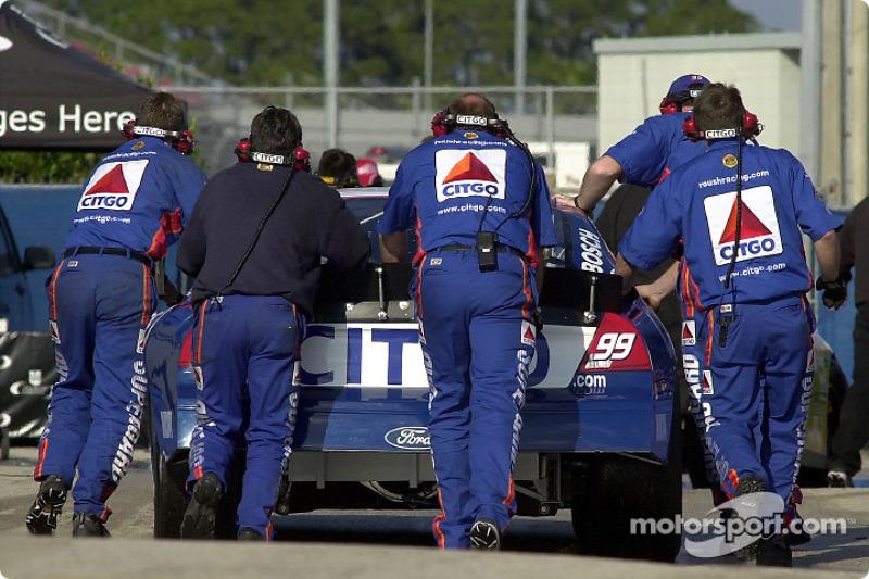 L'équipe CITGO pousse la Ford Taurus du Roush Racing dans le garage