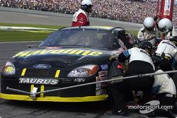 La temporada 2002 de NASCAR verá a todos los miembros de equio y oficiales de NASCAR que rebasen el muro de pits utilizar cascos; aquí el equipo Texaco de Ricky Rudd se prueban su nuevo equipamiento para la cabeza en la parada en pits de Rudd