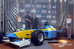 Tiago Monteiro présente la Super Nova Lola B2/50 du Renault Junior Team