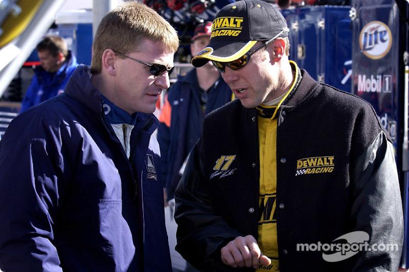 Matt Kenseth repasa la clasificación con su compañero de equipo, Jeff Burton