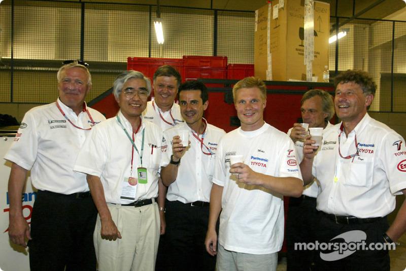 Mika Salo y el Equipo Toyota celebrando