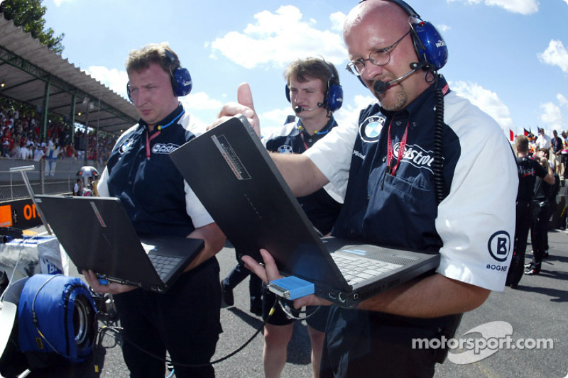 Williams-BMW engineers getting ready for the race
