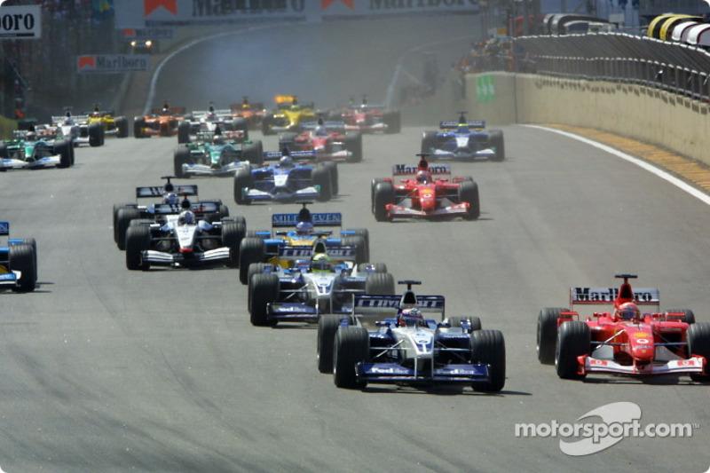 El inicio: Juan Pablo Montoya y Michael Schumacher rumbo a la primera curva