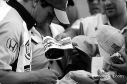 Olivier Panis firmando autógrafos