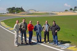 Les pilotes Panoz observent les derniers ajouts au circuit du Mans : Jan Magnussen, Gunnar Jeannette, Bryan Herta, Bill Auberlen, David Brabham et David Donohue