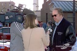 Brock Yates parle aux médias