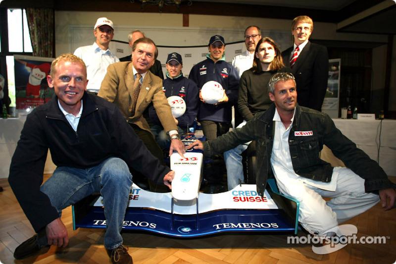 El Equipo Sauber se reune con futbolistas austriacos y suecos para un muy especial juego de futbol: Miembros del equipo de futbol con Nick Heidfeld y Felipe Massa