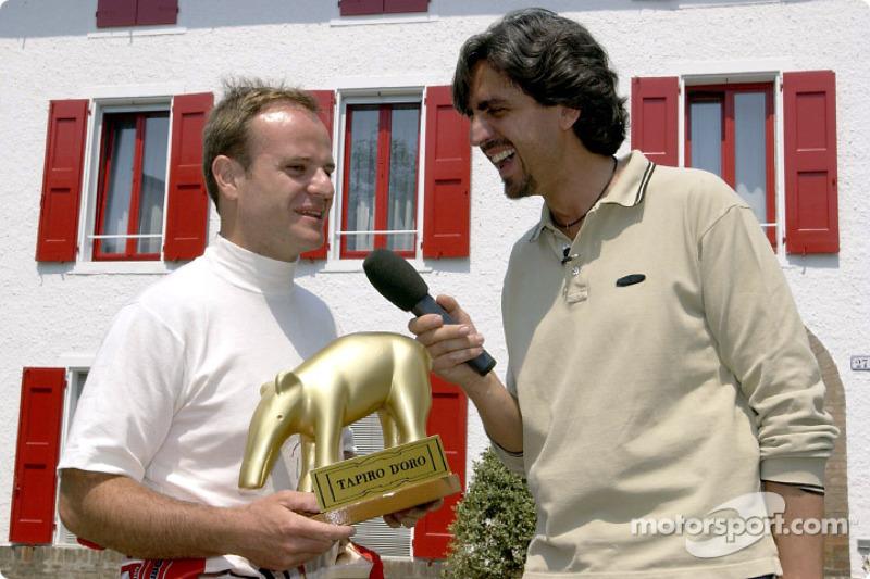 Rubens Barrichello recibiendo el 'Tapir dorado'