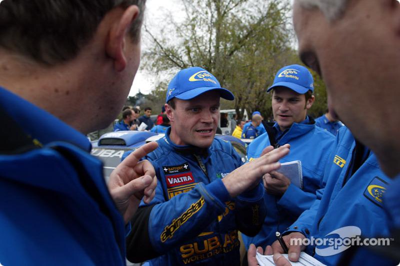Tommi Makinen hablando con los ingenieros del equipo
