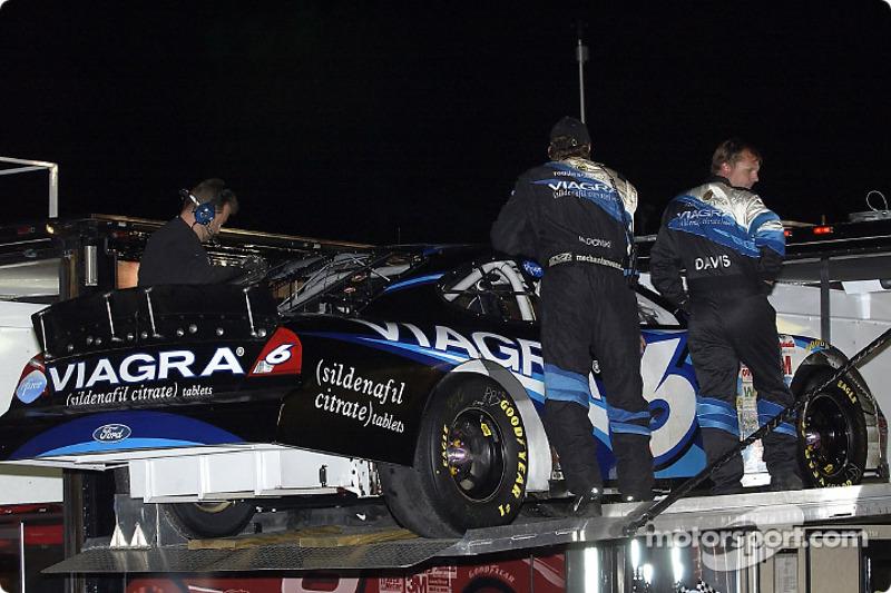 El equipo VIAGRA  carga el Ford Taurus de Mark Martin luego de que el auto sufriera una falla de motor durante la segunda parte de The Winston