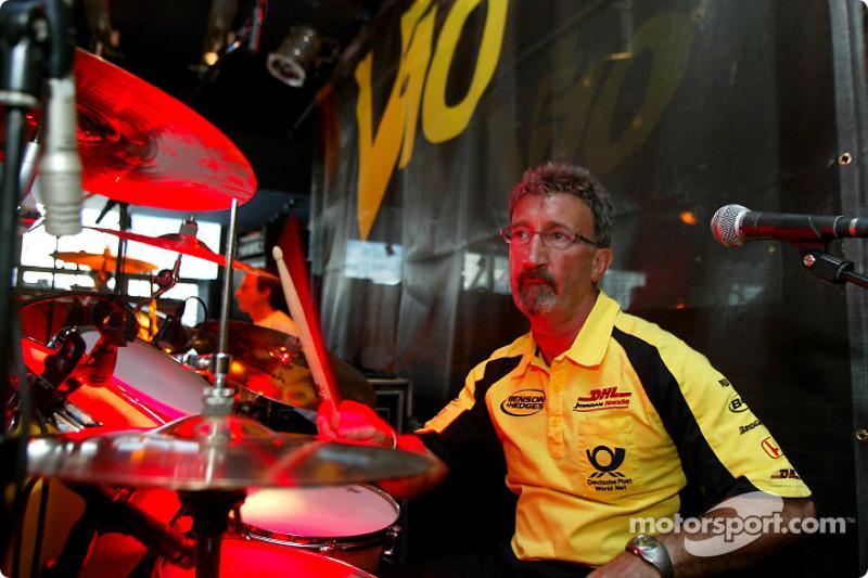 Eddie Jordan tocando la batería con su grupo, V10