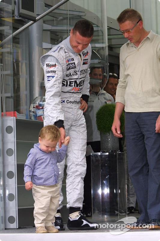 Mika Hakkinen y su hijo, Hugo, con David Coulthard