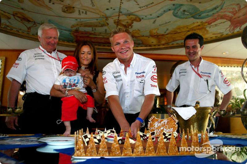 Mika Salo celebrating his 100th Grand Prix in career