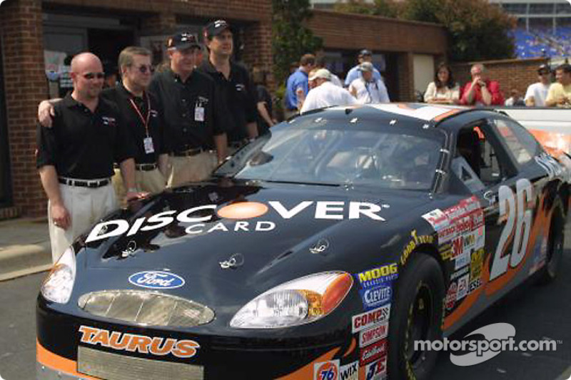 Carl Haas y Todd Bodine presentando el nuevo auto Discover card
