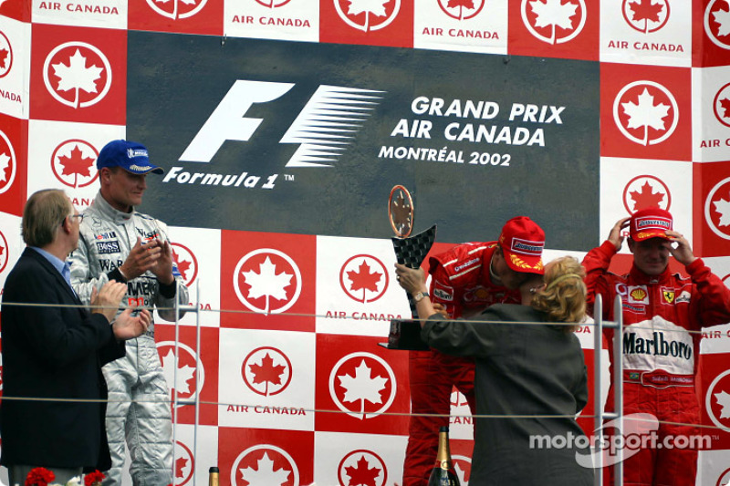El podio: el ganador de la carrera, Michael Schumacher con David Coulthard y Rubens Barrichello