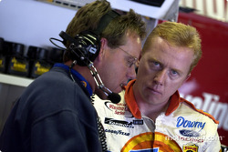Ricky Craven y Mike Beam revisando sus notas de puesta a punto en Michigan