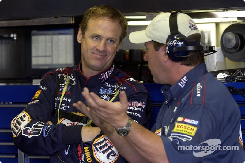 Rusty Wallace y el jefe de equipo, Bill Wilburn discutiendo la puesta a punto en Michigan