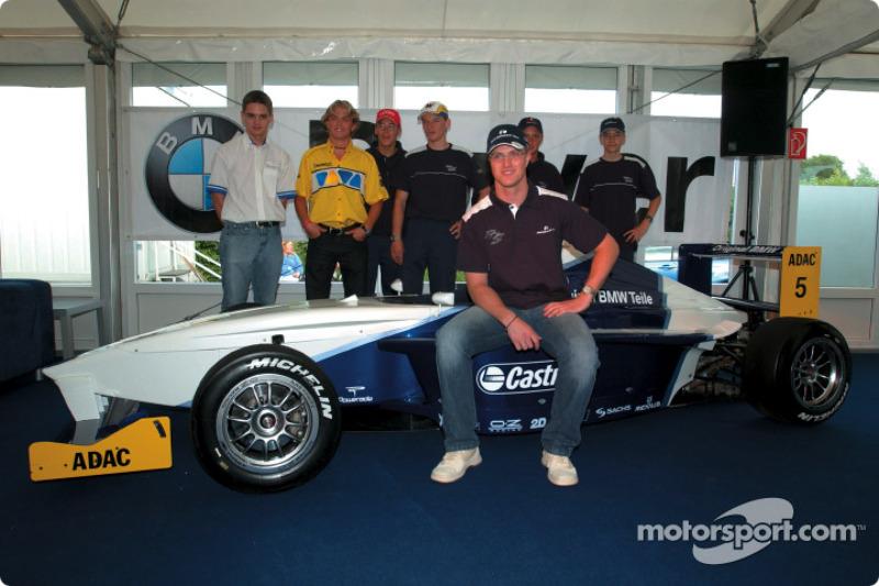 Ralf Schumacher con pilotos del campeonato Fórmula BMW ADAC