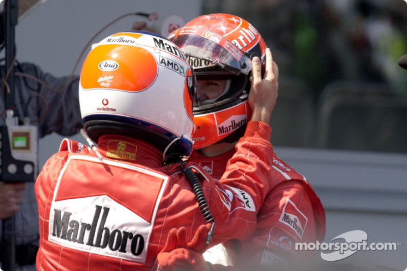 El ganador de la carrera, Rubens Barrichello con Michael Schumacher