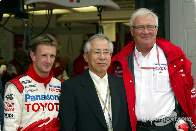 Allan McNish, Mr. Kato (Consejero principal de la Junta, TMC) y Ove Andersson