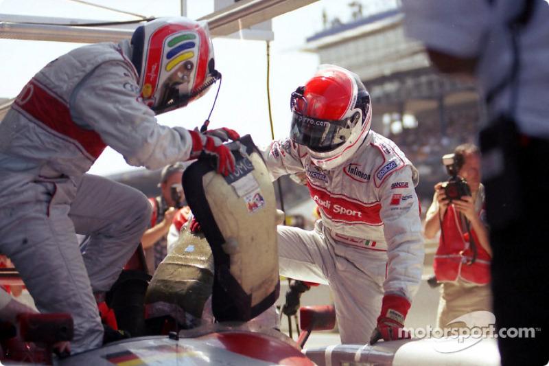 Parada final en pits: Tom Kristensen entregándole el auto a Emanuele Pirro