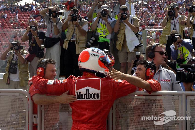El ganador de la pole, Rubens Barrichello festejando