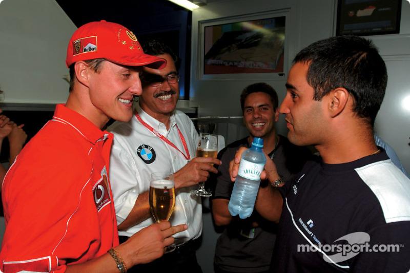El director de BMW Motorsport, Mario Theissen celebrando su cumpleaños 50 con amigos: Michael Schumacher, Mario Theissen y Juan Pablo Montoya