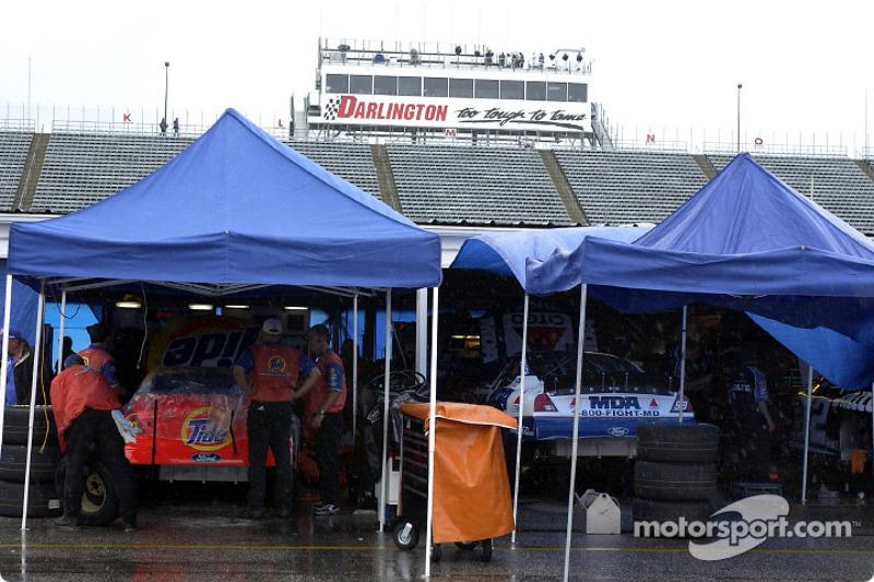 El área de gaarage mientras la lluvia cancelaba la agenda del viernes en la Winston Cup y Busch Series