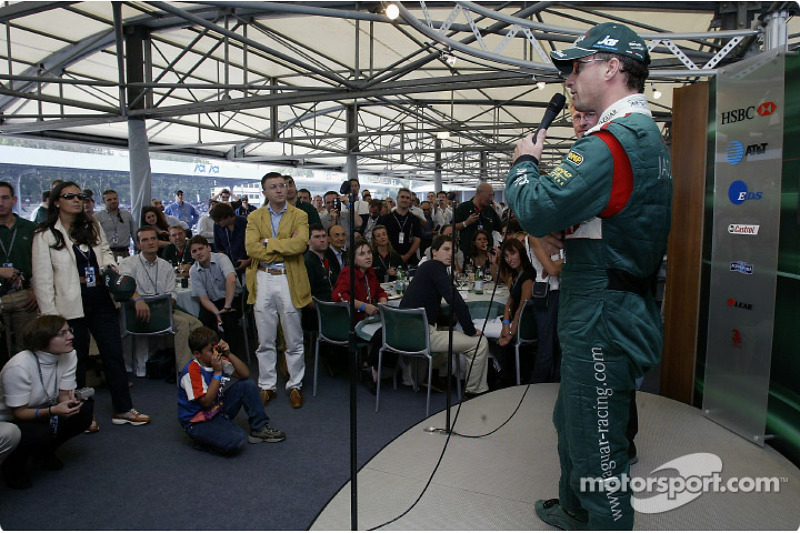 Eddie Irvine habla con los invitados de AT&T en el club del paddock