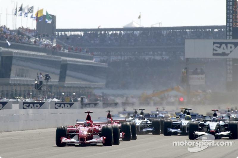 La arrancada: Michael Schumacher toma la delantera