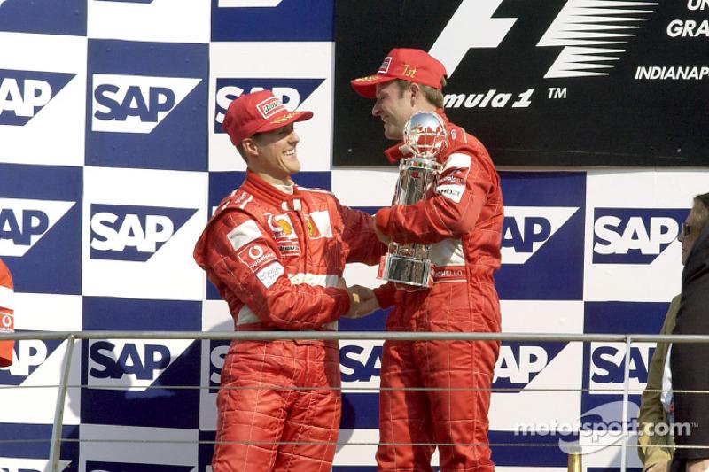 El podio: el ganador de la carrera, Rubens Barrichello y Michael Schumacher