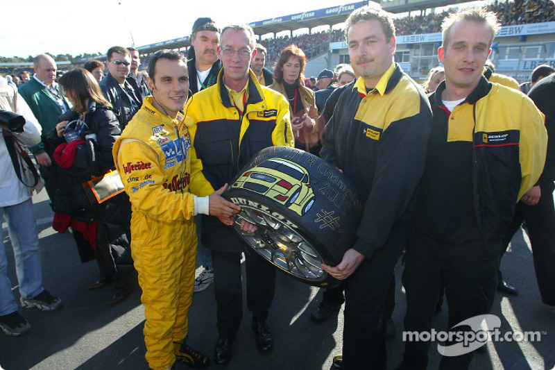 Laurent Aiello recibe una llanta firmada por Dunlop