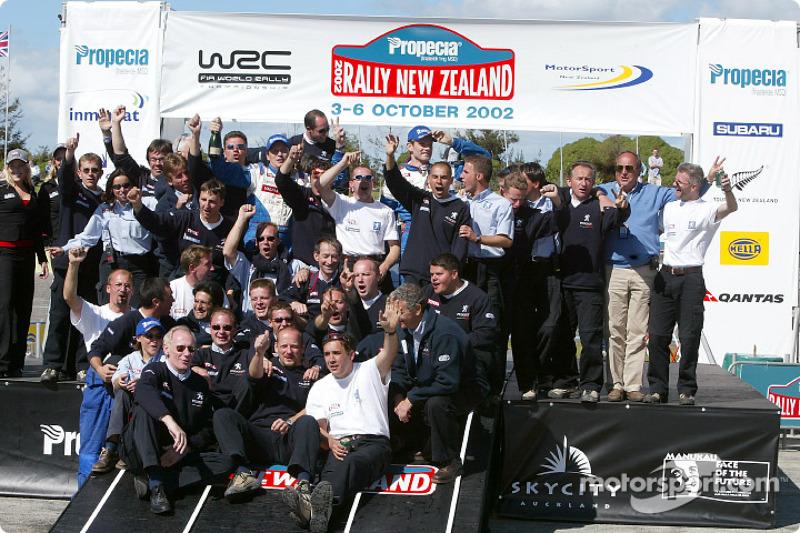 El podio: el ganador del Rally campeón 2002 del WRC, Marcus Gronholm con Harri Rovanpera y el Equipo Peugeot celebran