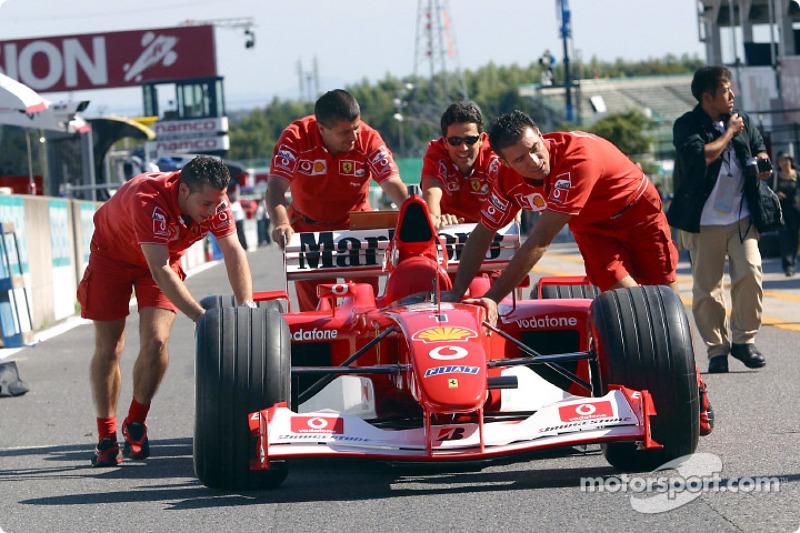 El Equipo Ferrari de regreso de la inspección técnica